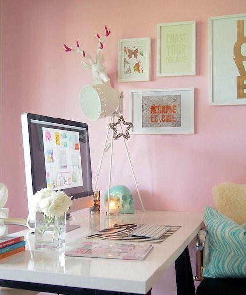 Для того, чтобы сделать свое рабочее место в доме более уютным и располагающим к деятельности, вы можете прибегнуть к услугам профессионального дизайнера интерьеров или сделать всё своими руками.