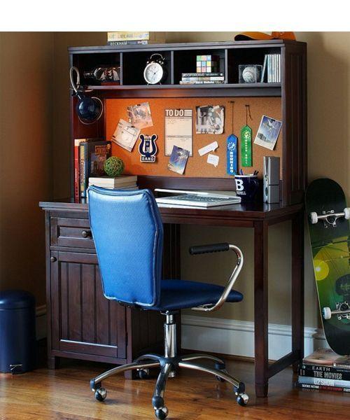 Положение спиной к двери или к окну нежелательно. Если вам не удается избежать такого положения, то можно поставить сзади преграду в виде ширмы или архивного шкафа.