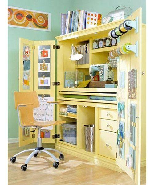 Для домашнего офиса можно приспособить все, что угодно. Например, рабочее место дома может располагаться в шкафу, который будет выполнять роль ниши.