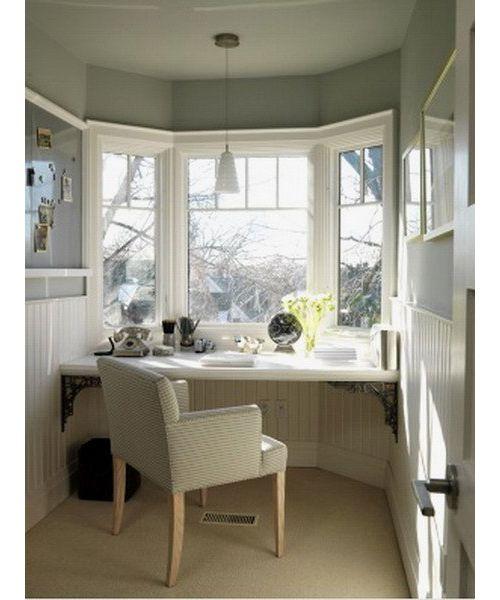Вы можете расширить полезную поверхность подоконника и использовать его вместо стола. Снабдив такой «стол» ножками в виде небольших полочек для книг, вы получите удобное рабочее место и сэкономите пространство.
