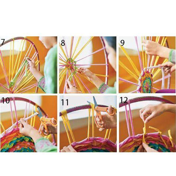 Перед началом работы футболки необходимо разрезать на длинные полоски. Сплести такой коврик можно быстро и просто!