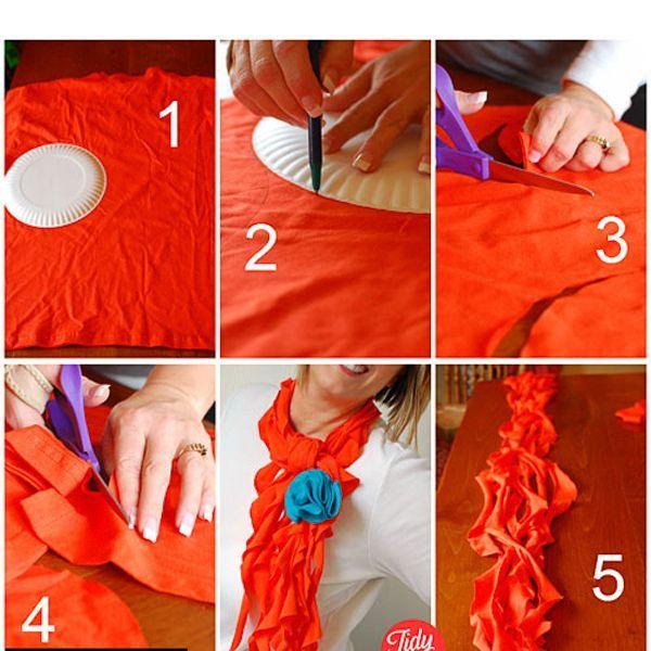 С помощью бумажной тарелки сделайте 8-12 кругов на футболке. Разрежьте каждый круг по спирали. Растяните куски ткани и сложите их вместе. Завяжите шарф из футболки вокруг шеи и при желании приколите цветок.