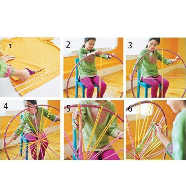 Как видно по фото, справиться с работой может даже ребенок. Секрет в том, что плетется коврик на гимнастическом обруче.