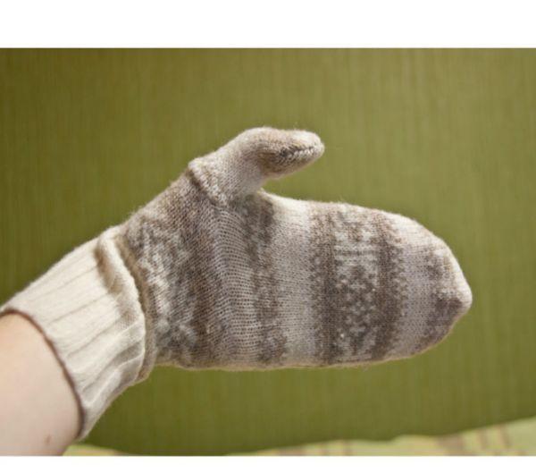 Аналогичным способом можно сделать из старого свитера варежки, причем из одного получится несколько пар для всей семьи!
