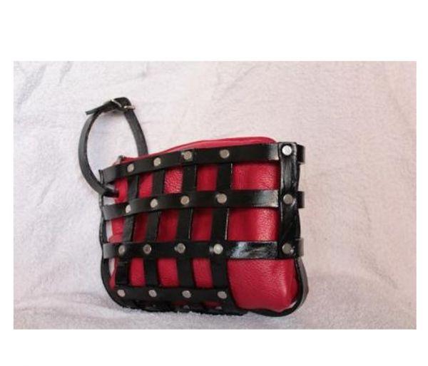 Клатч для любителей собак сделан из старой кожаной сумки и собачьего намордника. В результате получилась очень стильная вещь.