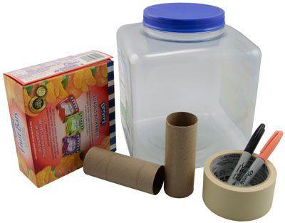 Вырежете из картонной коробки уши и рога.  Приклейте их на пластиковый контейнер. Вы можете сделать их форму и размер, такими какими пожелаете.