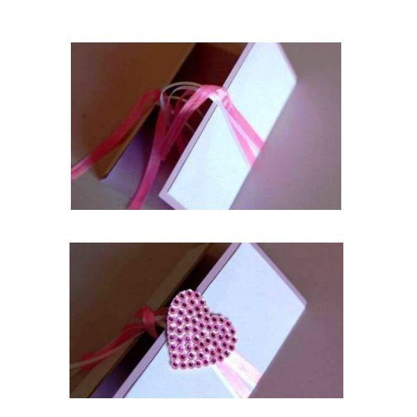 Две вырезанные заготовки склеиваем клеем ПВА или клеем «Момент». Теперь вырежьте сердечко из бумаги любого цвета и украсьте его пайетками и бусинками, приклеивая их клеем, как показано на рисунке.