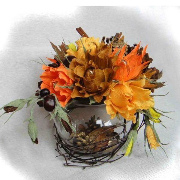 Берем гофру осенних оттенков, конфеты. В лесу или в парке набираем веточки, желто-красные листочки клена. Можно взять цветочки и кисти семян американского клена, каштаны, ветки березы.