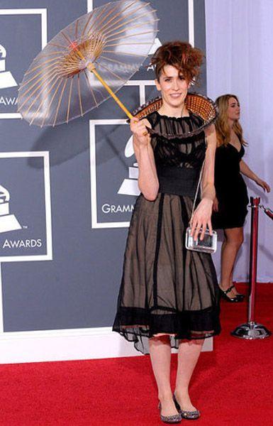 Имоджен Хип . 37-летняя британская певица, автор песен, композитор. В 2012 году она представила на Wired 2012 перчатки Mi.Mu, превращающие человека в ходячую звуковую студию.