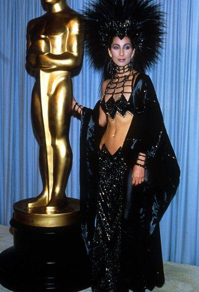 Шер (фото 1986 года). 68-летняя американская поп-исполнительница, автор песен, актриса, режиссёр и музыкальный продюсер. Ее сингл «Believe» стал самым продаваемым в 1999 году: в тот год было продано более 10 миллионов записей!