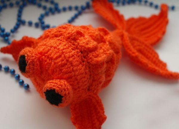 Золотая рыбка, связанная крючком. Может быть использована в качестве игрушки на елку. Выполняется в технике амигуруми.