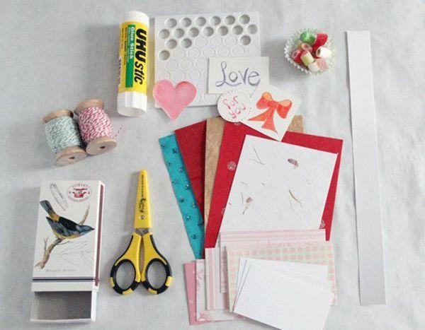 Сначала нужно вооружиться всем необходимым для начинки: картоном, цветной бумагой, декоративными нитями, декоративными штучками и, возможно, маленькими съедобными мармеладками. Клей, ножницы, фломастеры тоже пригодятся.