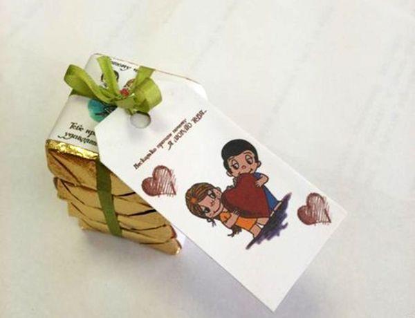 Можно дарить в коробке, как на первом фото, а можно вот так, соединив несколько ирисок ленточкой, привязав мини-открыточку.