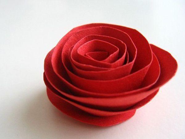 Закрепить кончик любым удобным способом. Так же сделать все остальные розы и наклеить их на каркас из плотной бумаги или картона. Сверху сделать петельку из ленты.