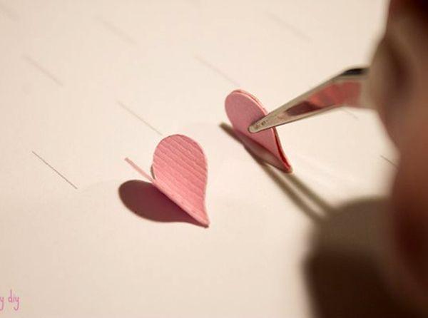 Смазать клеем ПВА линию сгиба и приклеить все сердечки, аккуратно придерживая их с помощью пинцета.