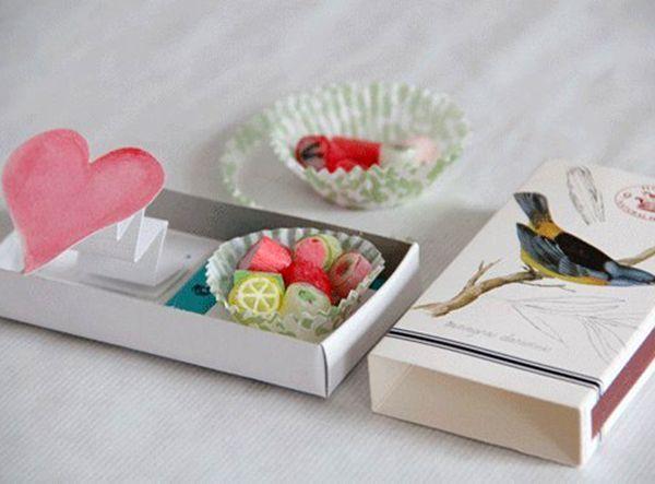 Можно вместо открытки порадовать любимого маленькими мармеладками или другими сладостями. Можно положить маленькие ластики, флешку или другой подарок мелкого размера.