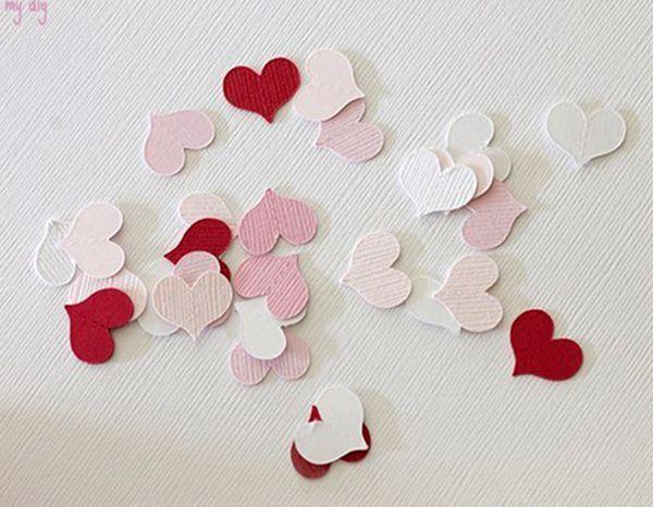 Нужно подготовить плотную цветную бумагу подходящих цветов и вырезать сердечки. Для этого лучше сделать шаблон, чтоб все сердца были полностью одинаковой формы.