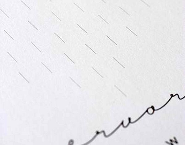 Сверху над наименованием месяца сделать разметку: начертить маленькие вертикальные линии, составляющие большое сердце. По ним маленькие сердечки будут соприкасаться с каркасом календаря.