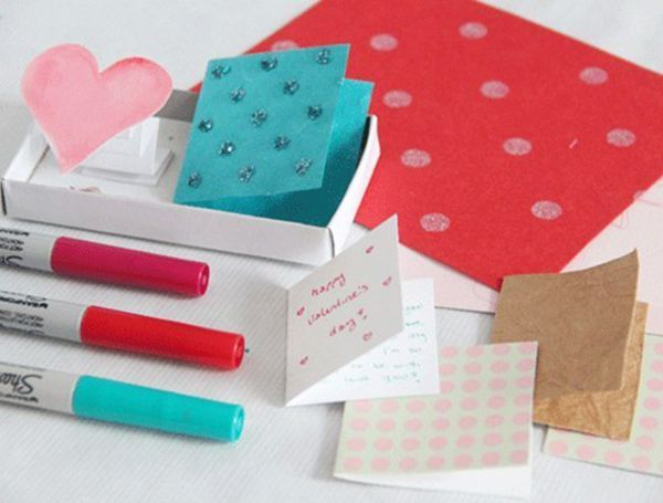 В левую часть коробочки сделать сердечко на «пружине» из бумаги. Для правой части коробочки можно сделать мини-открытку.