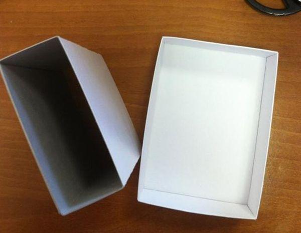 Сделать самостоятельно коробку подходящего размера или найти уже готовую. Обклеить ее сверху тоже распечатанным сюжетом вкладыша.