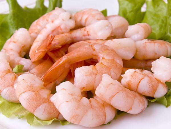 Креветки. Их калорийность: 80-100 ккал.  В мясе креветок содержатся кальций, цинк, йод, жирная кислота Омега-3, сера, калий, цинк.