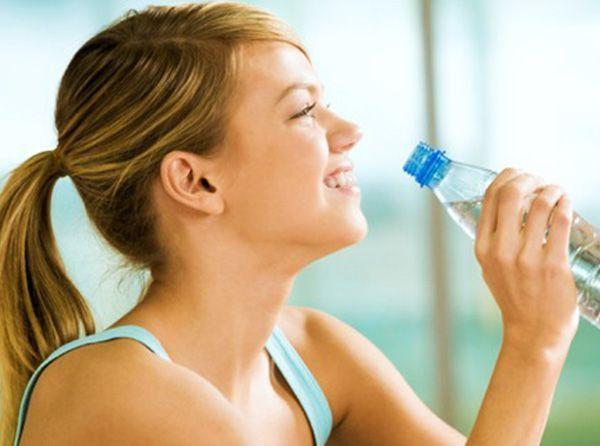 Пить свежую (не кипяченую) воду. Желательно 1,5 литра или больше. Но только если нет никаких хронических заболеваний.