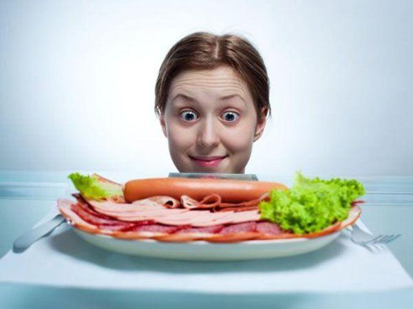 Не допускать сильного чувства голода. Это грозит тем, что потом вы сорветесь и наедитесь. Или организм сам решит эту проблему: будет откладывать «запас» из-за стресса.