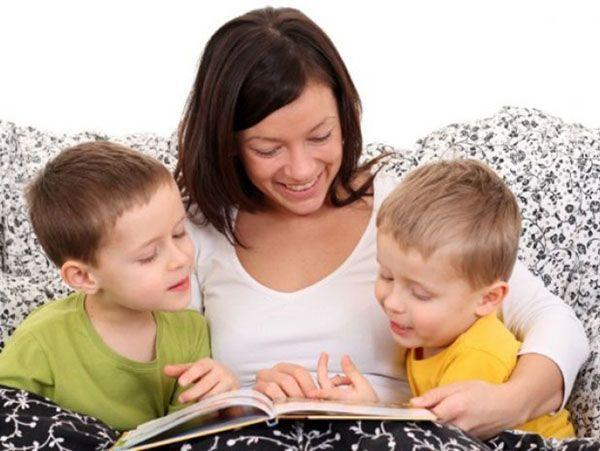 Чтение вслух и частые разговоры с маленькими детьми способствуют развитию их мозга.
