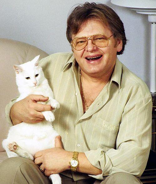Широты души Юрия Антонова хватает на десятки кошек! Все любимицы обласканы и ухожены, все – найденыши. Заботливый певец не забывает и про несчастных бродяжек – подкармливает бездомных кошек.