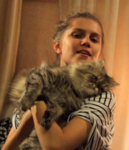 Актриса Дарья Мельникова рассказывает по свою кошечку Доллари, что она просто экстремалка! «Иногда так прыгает по квартире, что может, оттолкнувшись от кресла, пролететь через всю комнату.»
