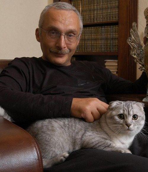 Знакомьтесь, это Z Магистр Скимблшанкс Мон Ами. Или попросту — Шон, шотландский вислоухий кот Александра Друзя. Ему подарил его в прямом эфире Крюк и сказал, что если Друзь будет привозить кота на игру, его «мнение» учтут при голосовании.