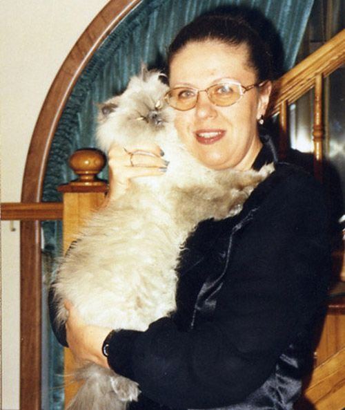 Александра Маринина с кошкой Марьяной. Именно благодаря этой пушистой красавице писательница вывела для себя формулу «абсолютной любви». Эту мысль она провела в одной из своих книг с героиней Настей Каменской.