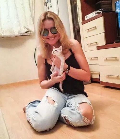 У Анжелики Варум сбылось давнишнее желание завести дома кошку. Она остановила свой выбор на породе Сингапура. А зовут нового питомца Агути.