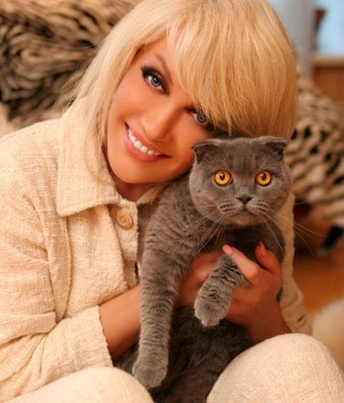 Ещё одна Клеопатра – серая британская вислоухая кошка – живёт в загородном доме Народной артистки Украины,  певицы Таисии Повалий. Клеопатра обожает компанию, всегда старается быть там, где люди. Принимает очень интересную позу: садится на задние лапки, спиной опирается на стену, передние поджимает и сидит, как суслик.