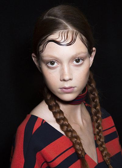 «Мокрая» прическа. Мокрые волосы официально признаны трендом этой весны. Эффект должен быть, как будто вы только что вернувшись из спортзала. Хотя, конечно, на самом деле такие образы создаются с помощью укладочных средств. Воспользуйтесь муссом или кремом для волос на сухие волосы.