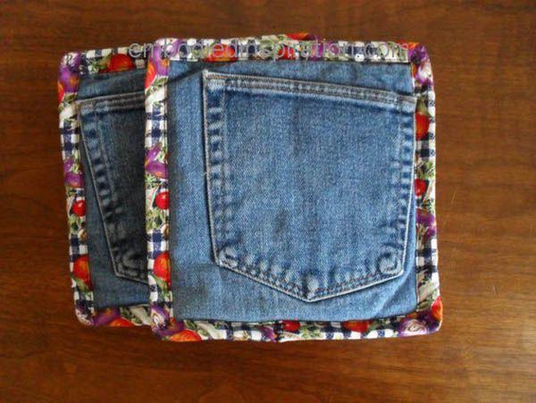 Прихватки в кухне нужны всегда. Из кармашков от ненужных джинсов как раз можно сшить такие удобные вещицы. Если обшить по контуру цветной тканью, прихватки получатся веселенькими.
