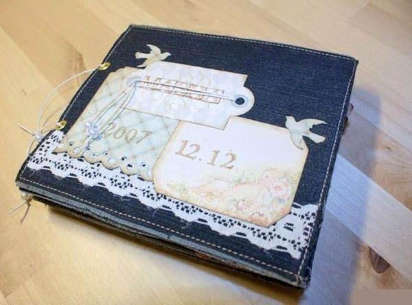 Красиво и стильно смотрятся блокноты и альбомы для фотографий, оформленные джинсовой тканью и украшенные дизайнерской бумагой.