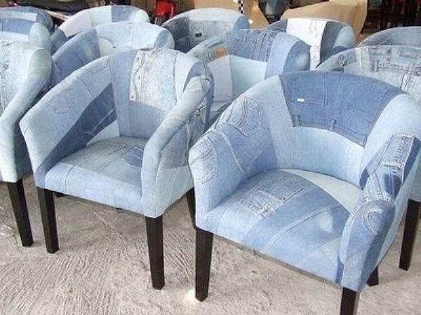 Замена обшивки кресел тоже смотрится отлично! Я видела варианты, где ножки тоже отделывали джинсой. Как по мне, если эта часть кресла в порядке, то ее лучше оставить как есть, без ткани.