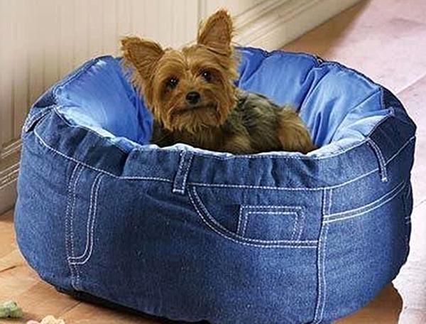 Для домашних любимцев можно сшить из старой джинсовой одежды лежак. Особенно эта идея подойдет для кошек и маленьких пород собак, которые часто мерзнут.