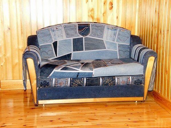С помощью отдельных лоскуточков, карманов, штанин можно необычным образом оформить диван. Такое обновление мебели не потребует денежного вложения!