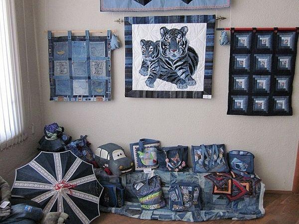 Каких только изделий нет на этом фото! Разные настенные панно все из тех же старых джинсов, сумки и даже зонтик!