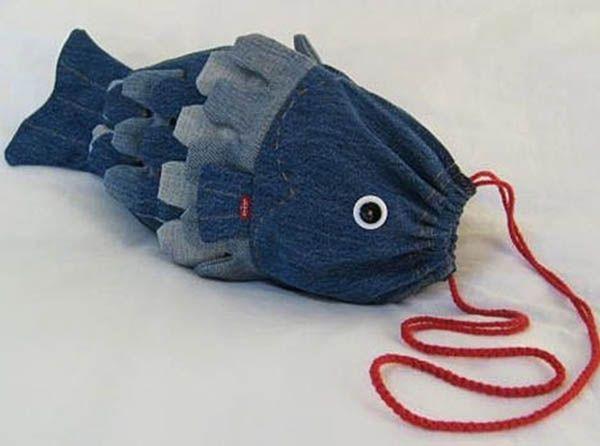 Дизайнер и рукодельница Тереза Пан сшила из старых джинсов удивительную сумку-рыбу. Думается мне, любая маленькая принцесса была бы рада такому аксессуару!