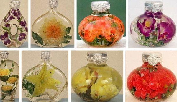 Для того чтобы такой подарочный букет простоял долго, необходимо смешать глицерин с водой в пропорции 1:2. Цветы в бутылке размещать при помощи пинцета и деревянных палочек.