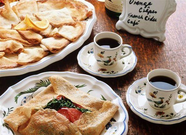 Кофе поднимает кислотность. Кофеин раздражает стенки желудка и способствует лишнему выбросу желчи. А поскольку, перерабатывать нечего, можно ждать в гости гастрит или язву желудка.