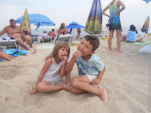 дети на море фото