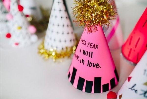 15. Что касается того, как встретить новый год, то здесь правило одно – весело! Танцуйте, пойте, общайтесь, а главное -  получайте удовольствие.