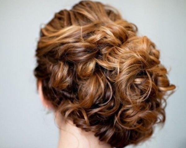 3. Прическу следует подобрать с кудряшками, но отлично подходящую к вашему образу. Хорошим решением могут стать различные косы и утонченные хвосты, украшенные лентами. В качестве украшений для волос можно также выбрать деревянные заколки.