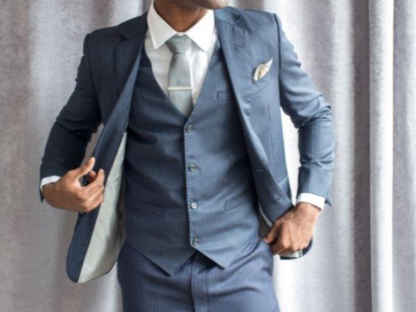 7. Мужчинам рекомендуется встречать новый год в костюмах серых, синих или коричневых тонов. В выглаженных рубашках и стильно подобранном галстуке. Но костюм не является обязательным атрибутом встречи нового года, вполне подойдет и свитер с джинсами.