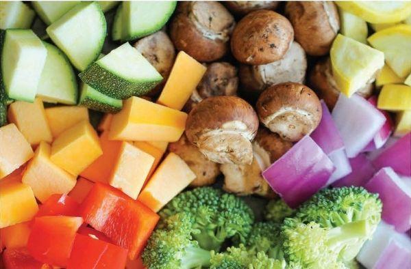 8. На новогоднем столе должно быть много зелени во всех видах, а также свежие и запеченные овощи.