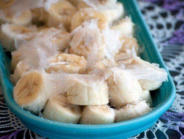 6. Замороженный банан – 170 грамм. Для изготовление этого оригинального десерта необходимо взять банан, воткнуть в него палочку и заморозить его. Можно опустить предварительно банан в йогурт для получения «глазури» и оставить в морозилке на 2 часа. Такой перекус богат калием и витаминами группы В.